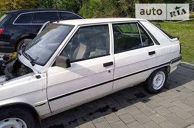 Седан Renault 11 1988 в Львове