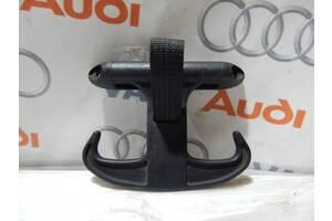 Б/У Крюк в багажник AUDI A4 A5 A6 6Y5867615C