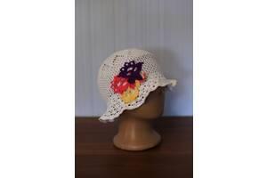 В'язані гачком стильні дитячі шапки-панамки з елементами декору