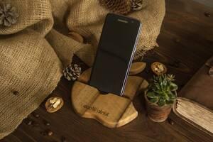 Підставка органайзер тримач з дерева для телефонів планшетів гаджетів Яблуко на робочий стіл з гравіюванням логотипом