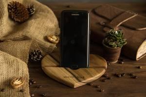 Підставка органайзер тримач для телефону планшета смартфона на стіл Серце з дерева з персональним гравіюванням