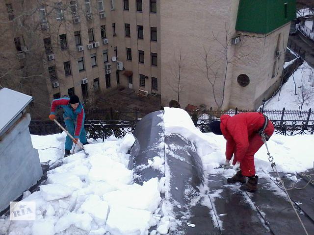 бу Уборка снега с крыш альпинистами в Киеве
